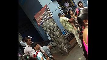 Трахарь занялся трахом с татуированной негритянкой на деревянном полу магазина