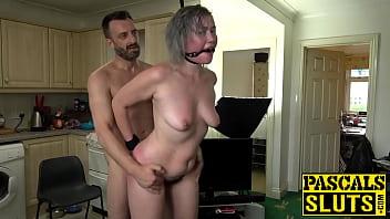 Разгорячённая не молодая жена трахается с пузатым мужчиной перед камерой
