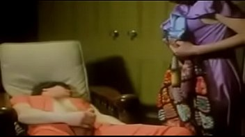 Куколка снимает шортики и светит пиздой через капроновые колготки