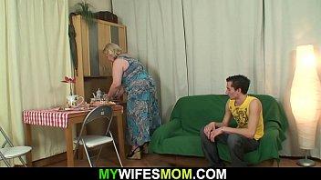 Сексуальная мать показа свое молодому сынуле на секса ролики блог