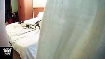 Китаяночка с завязанными глазами вгоняет в упругую попу страпон, облитый маслом