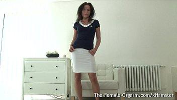 Женщина возбудилась от профессионального массажа и вставила в пизду здоровый фаллос