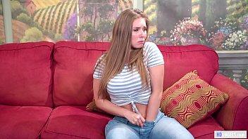 Худенькая студентка пердолит хуезаменителем русскую милфу в мохнатку на диванчике