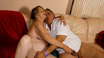 Анально-вагинальная порка красивой тёлки с молодым человеком на террасе