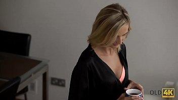 Бойфренд позволяет врачу осмотреть мохнатку его длинноволосой девушке