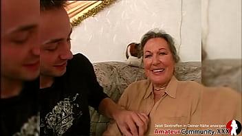 Факер с здоровым членом поцеловал вагину телочки перед долбежккой