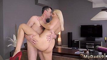 Юный паренек с татуировками дерет зрелую даму в вульву