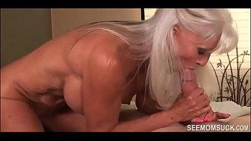 Шлюху-блондинку большой толпой имеют в рот и обливают мордашку спермой