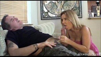 Блонда в костюме из черного латекса заставляет парня накинуться на нее и выебать как никогда