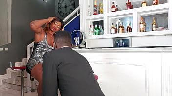 Молодая пара занимается анальным порно буквально на кухне