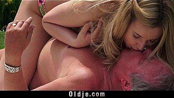 Секс на кровати с татуированной девахой с длинными прядями