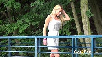 Бойфренд дерет в попу барышню в платье на беленьком диванчике