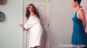 Шлюхи играют со своими влажными вагинами на порно ролики блог