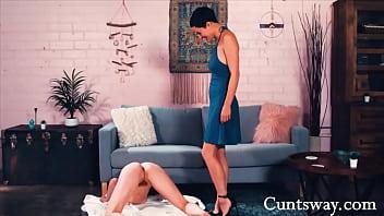Развлекается с проституткой