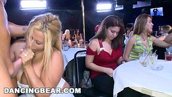 Мамуля с огромными грудями показывает, как нужно онанировать фаллос супруга