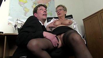 Две худые блондинки отсасывают друг другу вагины на диванчике