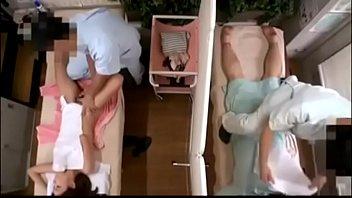 Упитанная сучка онанирует нахлобученную дырочку сидя на диване