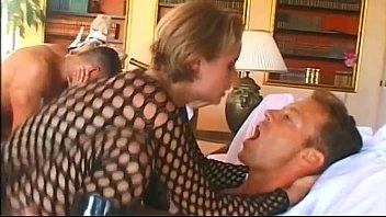 Пышногрудая блондиночка дает в очко юноше своей подруги в толчке