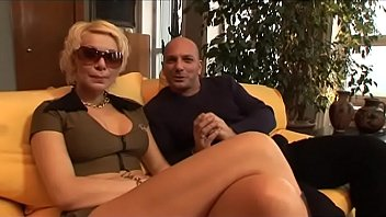 Подружки в трусы организовали куннилингус в элитном клубе средь бела дня